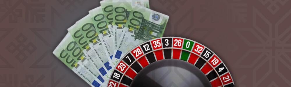 Rulettipyörä ja 100 € seteleitä casinolla