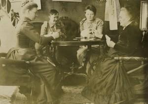 Minna Canthin luona naiset pelasivat skruuvia