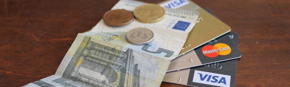 Luottokortteja, seteli ja kolikoita