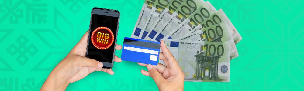 Puhelin, luottokortti ja 100 € seteleitä